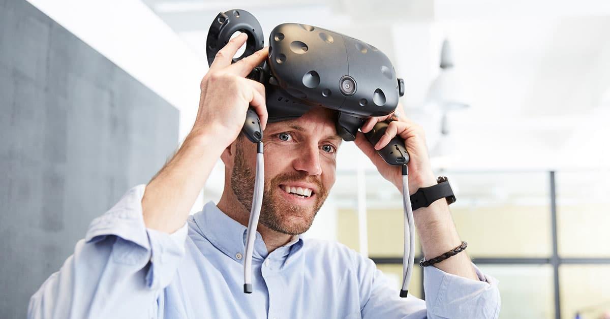 Mann med VR-briller