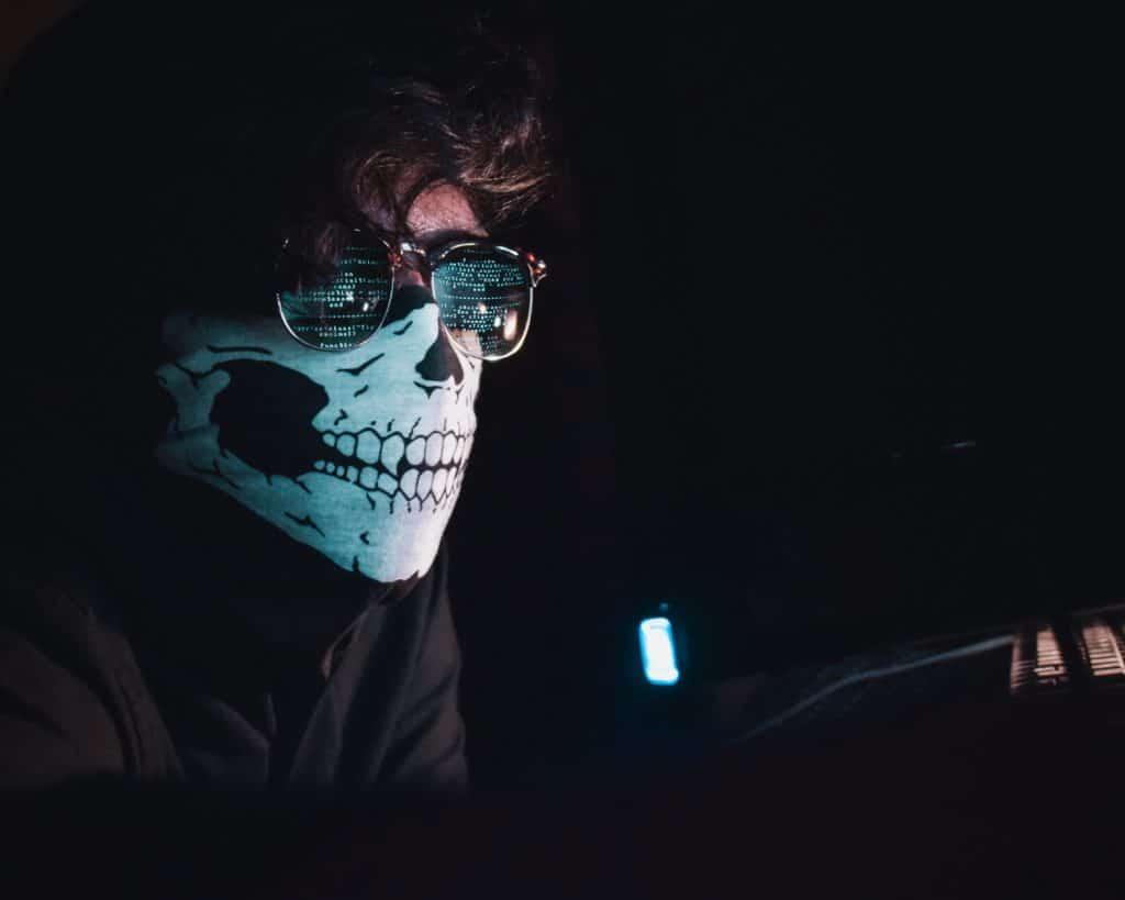 Mann med solbriller og munnbind